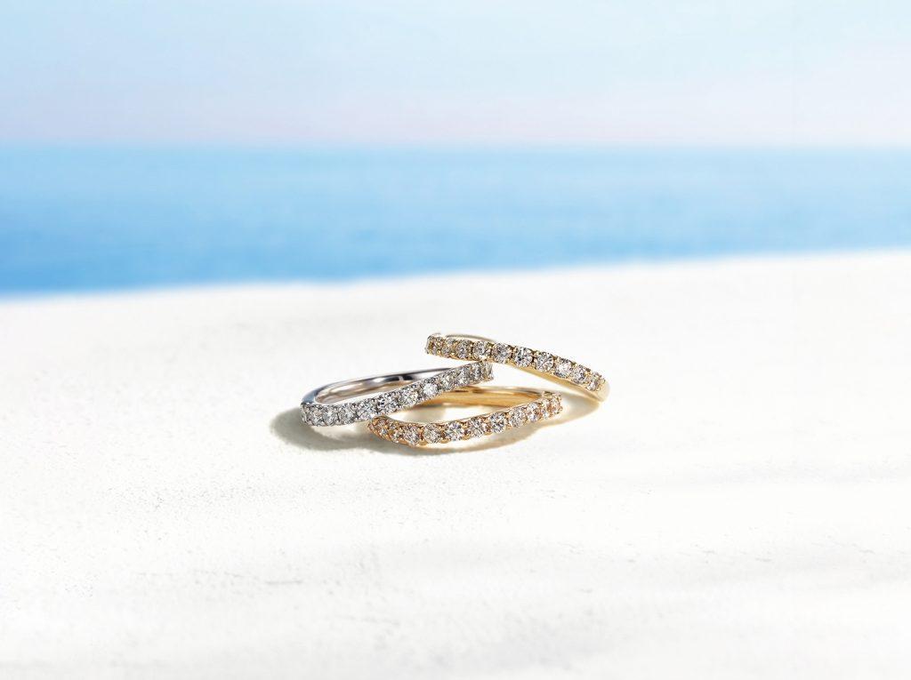 挑選戒指材質時,可考量一下與自己的膚色是否相襯。除了最為普遍的鉑金之外,也越來越多人選擇黃K金或玫瑰金材質的婚戒了。