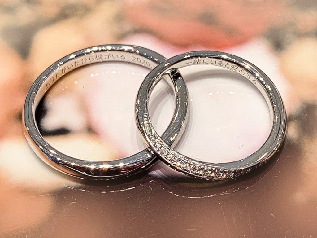戒指內側可以客製化只屬於倆人的刻印,大多人會刻印大寫字母、紀念日日期、給彼此的訊息等。您不妨事先思考一下想要刻上什麼字句。