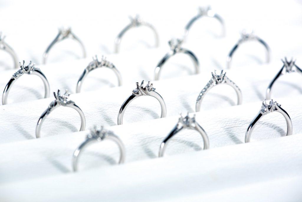 可依喜好決定戒台材質、鑽石的半訂製戒指,更可加入刻字、鑲嵌密語寶石等客製化服務。
