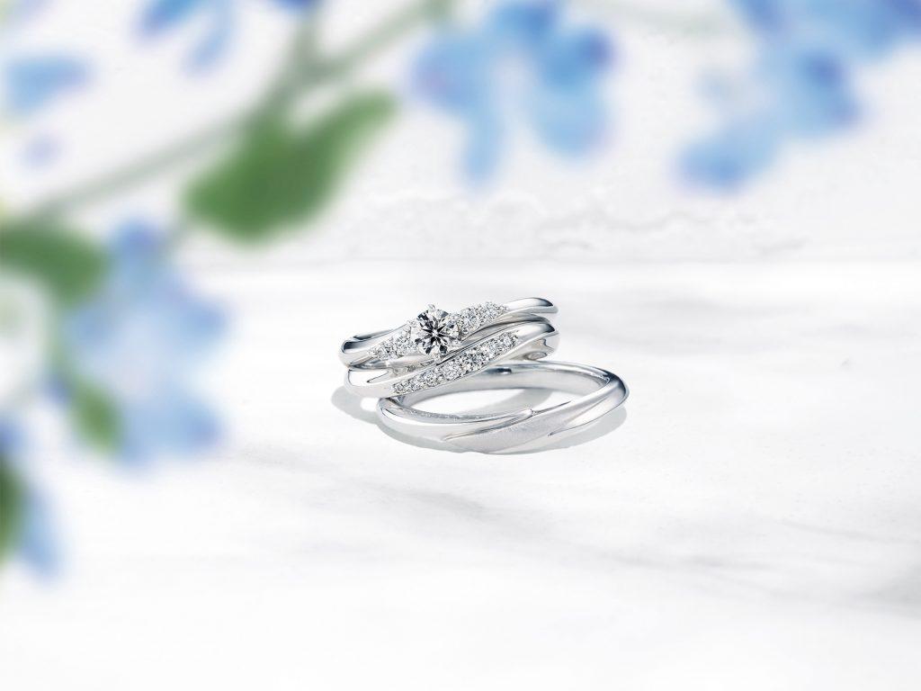 若所選的款式有套戒,鑽戒與婚戒疊戴是非常相襯的。或者挑選相同線條的款式,也能讓人感覺是同款。