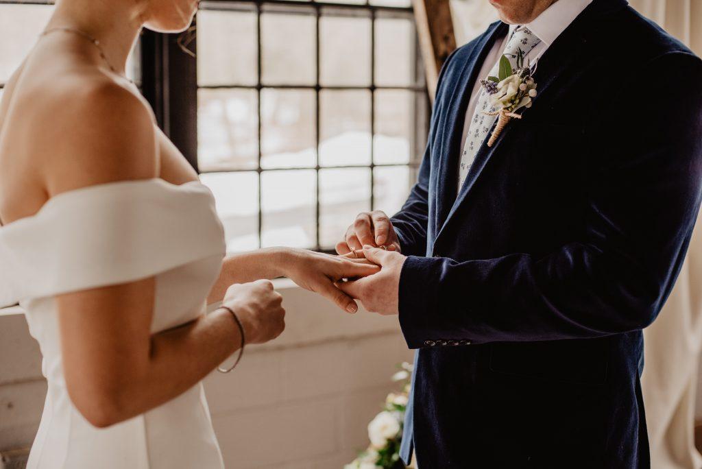 結婚戒指通常是夫妻同款並一起配戴,由於婚後會日常佩戴,因此設計較為簡約。