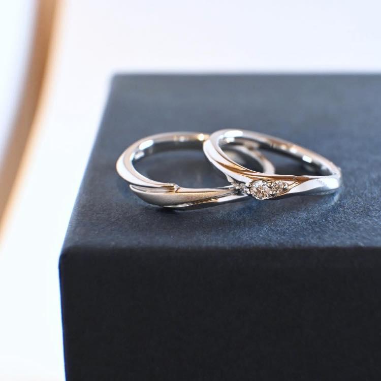 戒指表面有霧面處理的款式,或是具有線條感的設計,這樣的戒款即使有細微的刮痕也不會過於明顯。