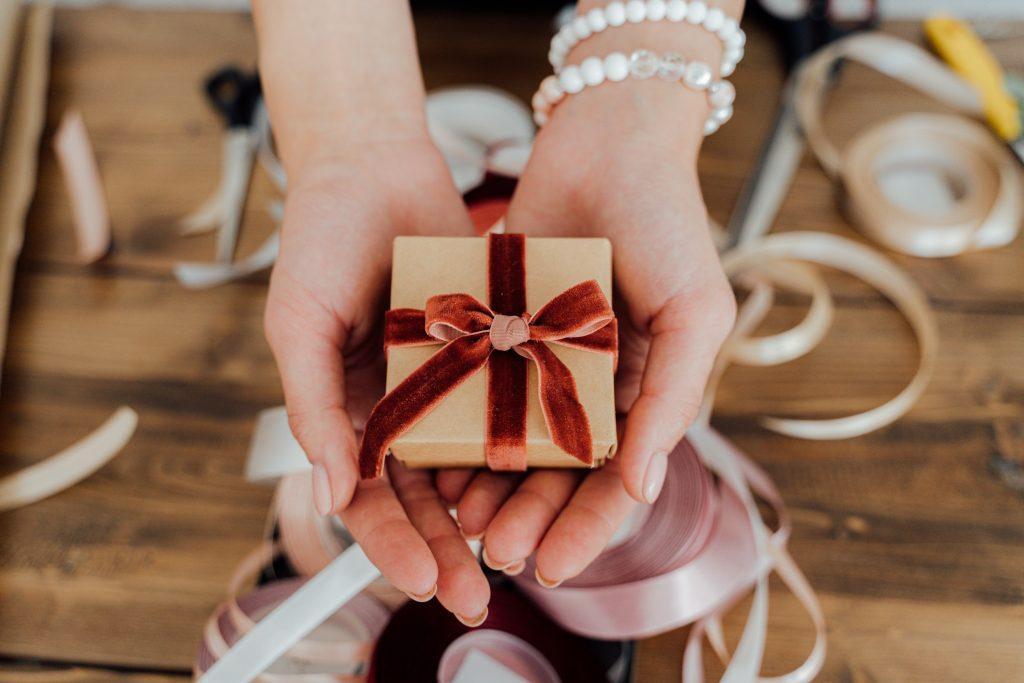 逆求婚時到底要送什麼好呢?讓我們來看看逆求婚時女方可以贈送什麼禮物給男方吧!
