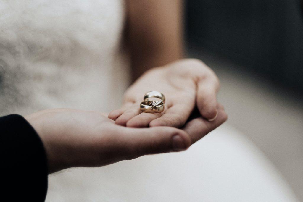 寬版的戒指存在感很強,雖能給人著實的佩戴感,但也較容易有束縛感,建議您購買婚戒前務必試戴。