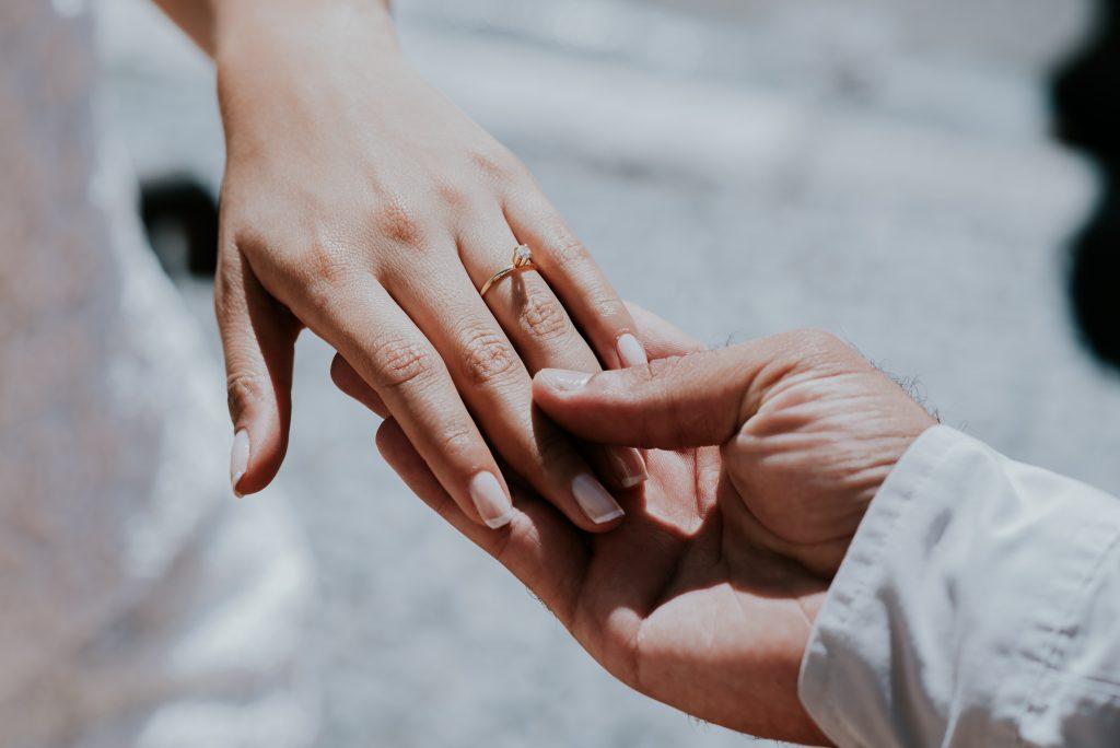意外地有很多女性不清楚求婚鑽戒應該戴在哪隻手指上
