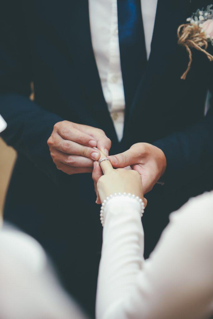 佩戴結婚對戒在左手無名指上,有將彼此的心連接在一起之意。