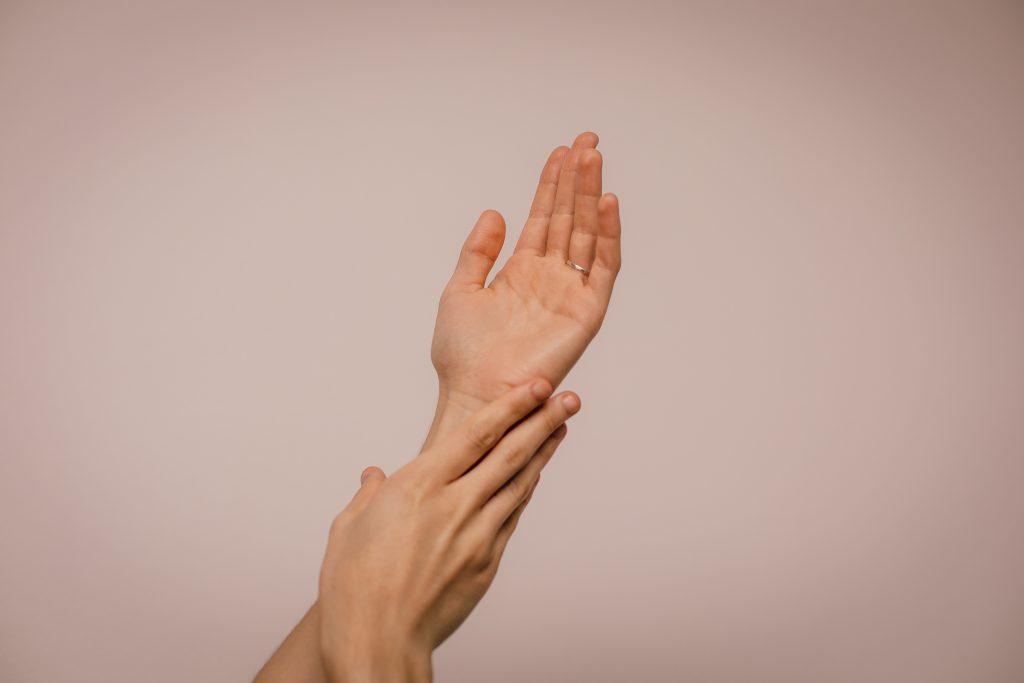 透過將戒指戴在無名指上,有加深與所愛之人的聯繫之感。