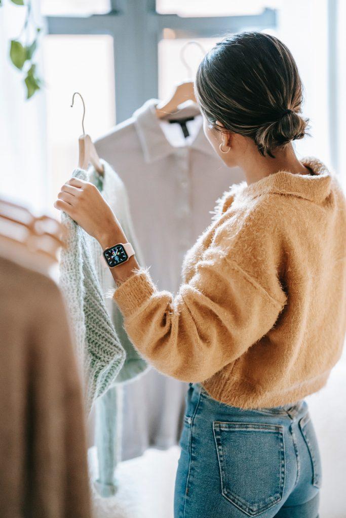 挑選戒指時先思考一下您目前擁有的服裝及飾品,才不會選到與您日常的服裝有違和感的戒款。