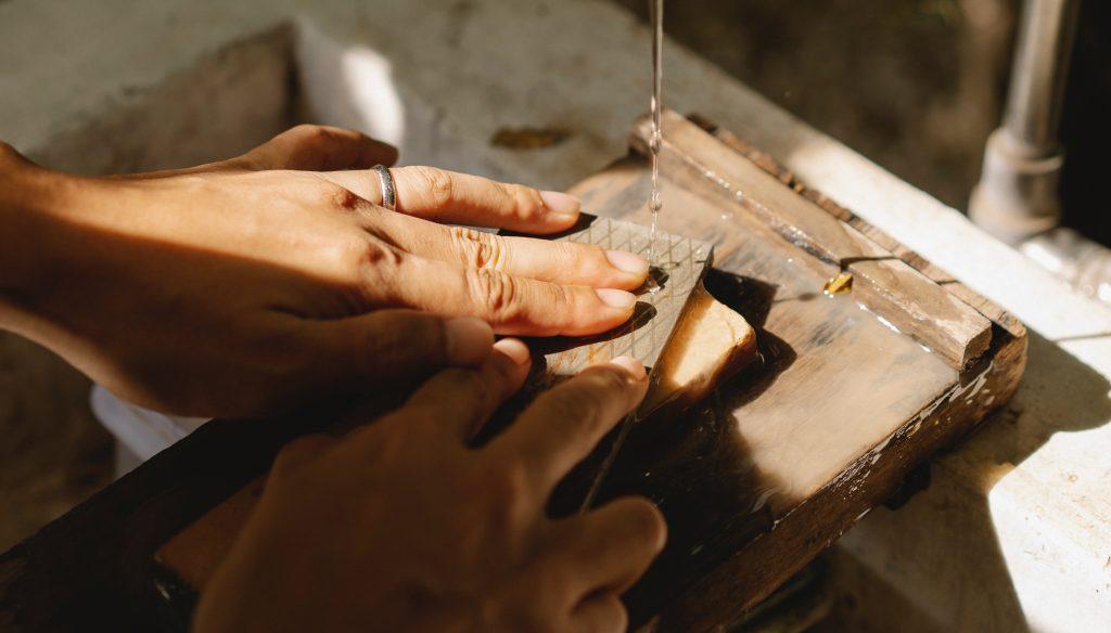 雖然有些職業考量到衛生、安全是不能佩戴婚戒的,但若是可以佩戴婚戒的職業,建議您挑選在職場不會顯得特別突兀的婚戒。