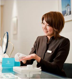 請顧客確認做好的訂婚戒指和結婚戒指的禮賓人員