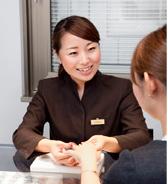 面對面地幫助顧客試戴戒指的禮賓人員