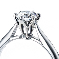 不容許追隨其他,進行嚴格的挑選標準,挑選出綻放最高品位光輝的鑽石